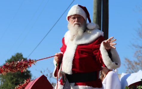 Parade entertains community, sparks holiday spirit