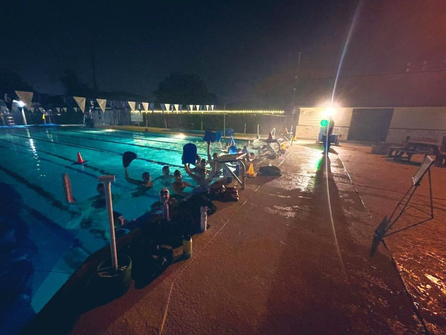 EARLY+MORNING+SWIM.+Members+of+the+team+take+a+silly+group+shot+during+their+early+morning+practice+before+school.++